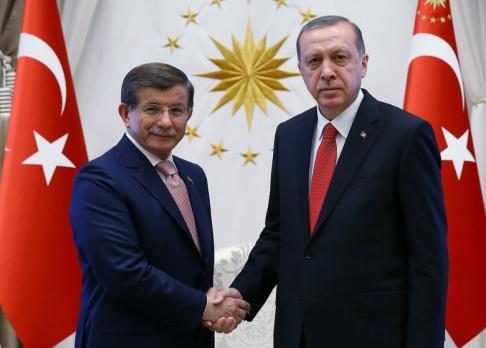 Kayhan Ozer/AP/TT Turkiets tidigare premiärministern Ahmet Davutoglu och president Recep Tayyip Erdogan på en bild från 2016. Arkivbild.