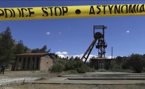 Petros Karadjias/AP/TT Cypriotisk polis vid gruvschaktet där kvinnornas kroppar hittades.