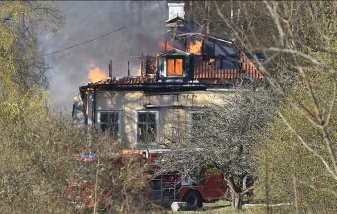 Claudio Bresciani/TT En kraftig brand bröt ut i en herrgård i Norsborg söder om Stockholm. Huvudbyggnaden i herrgården kommer att brinna ner, enligt räddningstjänsten.