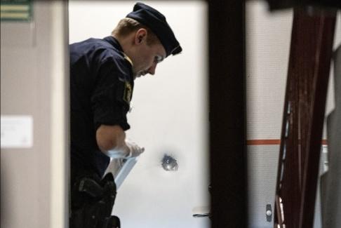 Johan Nilsson/TT Polisen genomför en teknisk undersökning efter att skott avlossats mot en lägenhetsdörr på Nobelvägen i Malmö på påskaftonskvällen.