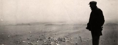 Den armeniske ledaren Papadian betraktar de sista resterna efter den fruktansvärda massakern som ägde rum vid Deir-ez-Zor 1915. Foto: Riksarkivet og Statsarkivene