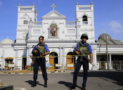 Eranga Jayawardena/AP/TT Militärer från den lankesiska flottan bevakar kyrkan S:t Anthony i förorten Kochchikade, Colombo.