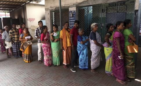 R. Parthibhan/AP/TT Indier står i kö för att rösta under den andra av sju faser i det jättelika valet, här i Madras för några dagar sedan. Arkivbild.