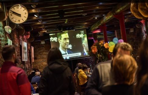 Alvaro Barrientos/AP/TT Folk tittar på den tv-sända partiledardebatten.