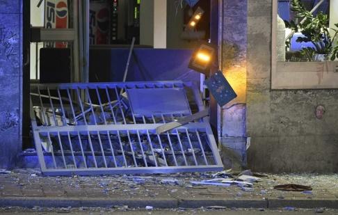 En sprängladdning exploderade vid en trafikskola i korsningen mellan Nobelvägen och Amiralsgatan i Malmö strax innan midnatt på tisdagskvällen.