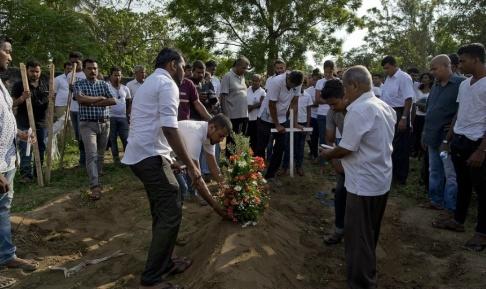 Gemunu Amarasinghe/AP/TT En begravning för ett av dödsoffren för söndagens attacker vid kyrkogården i Negombo.