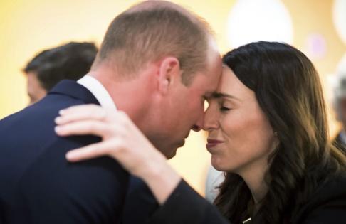 Mark Tantrum/AP/TT Storbritanniens prins William och Nya Zeelands premiärminister Jacinda Ardern vid en minnesceremoni i Auckland.