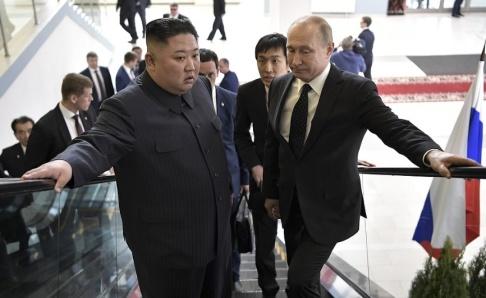 Alexei Nikolsky/AP/TT Putin och Kim på väg till mötet, där de samtalade under närmare två timmar på tu man hand.