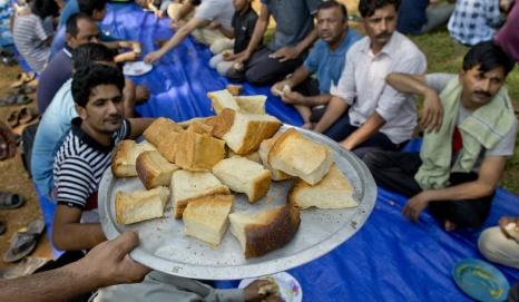 Gemunu Amarasinghe Muslimska flyktingar i väntan på en måltid i ett flyktingläger norr om huvudstaden Colombo i Sri Lanka.
