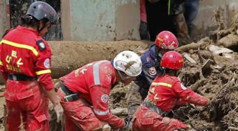 Fernando Vergara/AP/TT Jordskred är vanliga i Colombia. Här söker räddningsarbetare efter saknade 2017. Arkivbild.