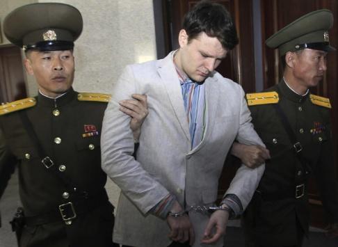Jon Chol Jin/AP/TT Den amerikanske studenten Otto Warmbier leds ut från Högsta domstolen i Nordkoreas huvudstad Pyongyang den 16 mars 2016.