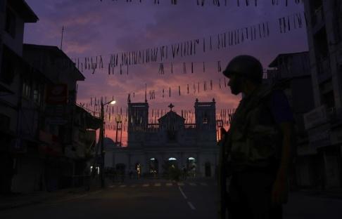 Manish Swarup/AP/TT En lankesisk soldat utanför en av de kyrkor som attackerades på påskdagen.