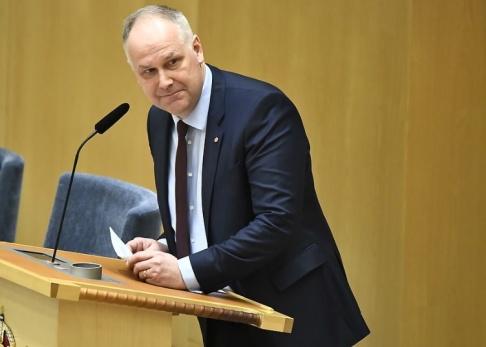 Claudio Bresciani/TT Vänsterpartiets partiledare Jonas Sjöstedt sträcker ut en hand till M och KD om att stoppa en höjning av EU-avgiften.