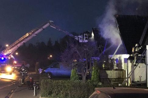 Marko Säävälä/TT Två bostadshus i Huddinge utanför Stockholm började brinna på fredagskvällen.