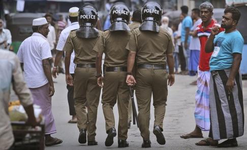 Manish Swarup/AP/TT Poliser patrullerar i Sri Lankas största stad Colombo.
