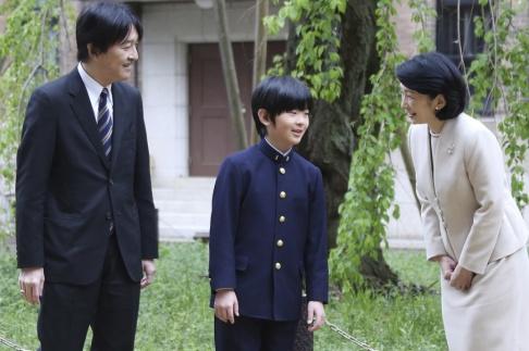 Koji Sasahara Prins Hisahito tillsammans med pappa, prins Akishino, och mamma, prinsessa Kiko, utanför skolan. Arkivbild.