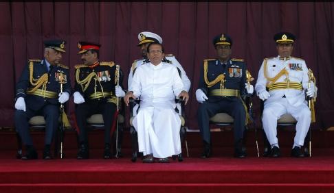 Eranga Jayawardena/AP/TT Sri Lankas president Maithripala Sirisena, mitten, och polischefen Pujith Jayasundara, längst till höger. Arkivbild.