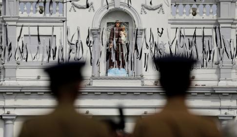 Eranga Jayawardena Polis bevakar kyrkan S:t Sebastian i Colombo en vecka efter sprängdåden.