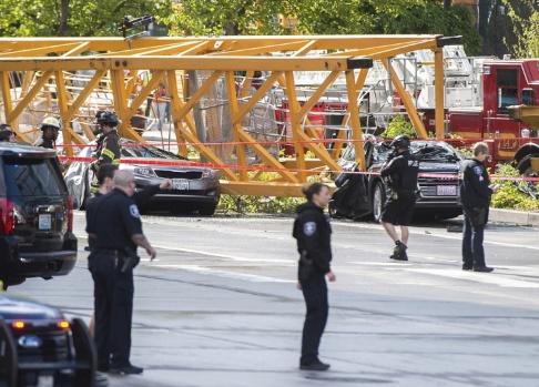 Joshua Bessex/The News Tribune/AP Flera bilar träffades av den nedfallande kranen.