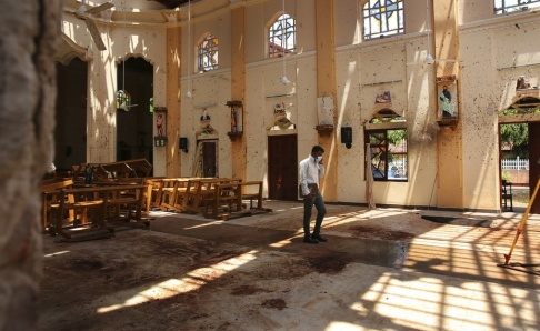 Manish Swarup/AP/TT Många kristna hade samlats i S:t Sebastian-kyrkan i Negombo för att fira palmsöndagen när en självmordsbombare detonerade en bomb i salen.