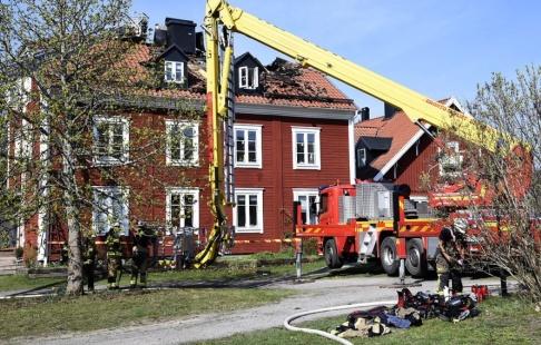 Marko Säävälä/TT Taket är förstört efter en brand i ett flerfamiljshus i Nacka utanför Stockholm på söndagsförmiddagen.