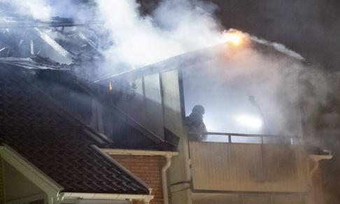 Johan Nilsson/TT Räddningstjänsten jobbar med att släcka en brand i ett flerfamiljshus i Persborg i Malmö natten mot måndag.