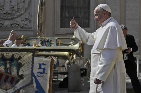 """Gregorio Borgia/AP/TT Påven Franciskus anser att det tisslas och tasslas för mycket i frisersalonger och skönhetsinrättningar. """"Utför ett yrke i kristen stil"""", manar han de aktuella yrkesgrupperna. Arkivbild."""