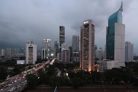 Dita Alangkara/AP/TT Jakarta – överbefolkat, sjunkande och förorenat. Nu har Indonesiens president Joko Widodo godkänt en plan för att flytta huvudstaden från huvudön Java. Så här såg affärsdistriktet ut på måndagen.