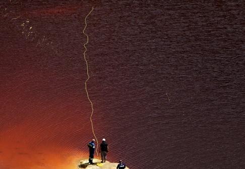 Petros Karadjias/AP/TT Utredare söker igenom sjön vid gruvschaktet med hjälp av en specialkamera.