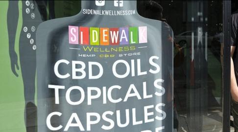 Eric Risberg Trots förbud fortsätter många nätbutiker att sälja så kallad CBD-olja som innehåller cannabinoider.