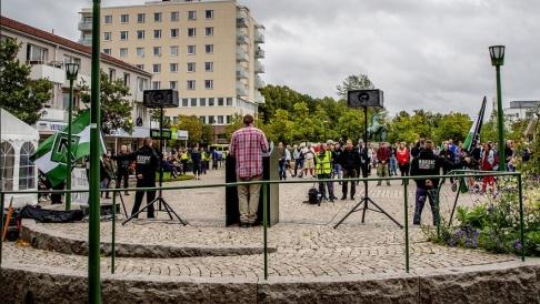 Adam Ihse/TT NMR har vid flera tillfällen, som här under valrörelsen i fjol, hållit möten i Kungälv – trots kommunens protester. Arkivbild.