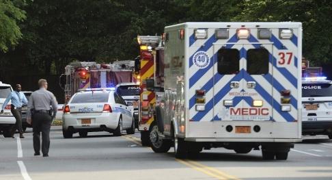 John Simmons/AP/TT Ambulanser utanför University of North Carolina i Charlotte, USA.