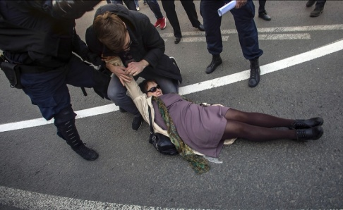 Dmitrij Yermakov/Interpress/AP/TT Demonstranter greps i S:t Petersburg.