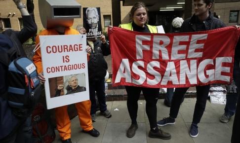 Matt Dunham/AP/TT En grupp aktivister dök upp utanför domstolen där Julian Assange nu har fått sitt straff.