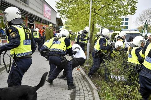 Björn Larsson Rosvall/TT Nazistiska organisationen Nordiska motståndsrörelsen (NMR) demonstrerar i Kungälv på första maj.