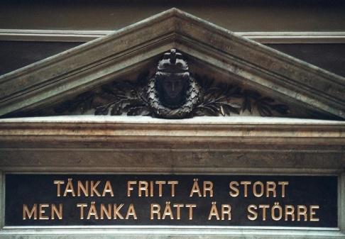 """FREDRIK PERSSON/TT """"Tänka fritt är stort men tänka rätt är större"""". Citat från hus på Uppsala Universitet. Arkivbild."""