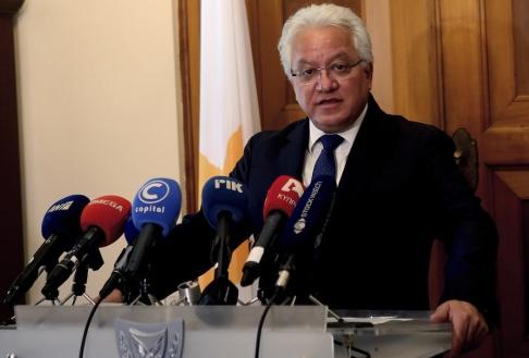 Philippos Christou/AP Ionas Nicolaus meddelar sin avgång till media efter ett möte med president Nicos Anastasiades.