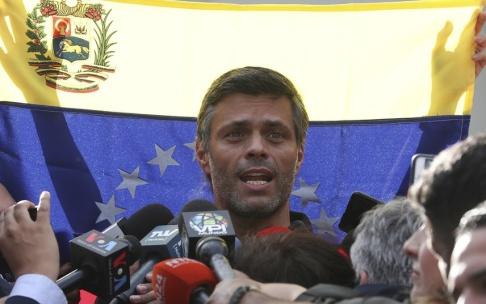 Martin Mejia/AP/TT Leopoldo López under en presskonferens utanför Spaniens ambassad i Caracas.