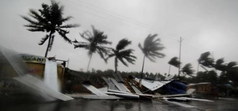 AP/TT Små butiker i staden Puris utkant har förstörts i ovädret.