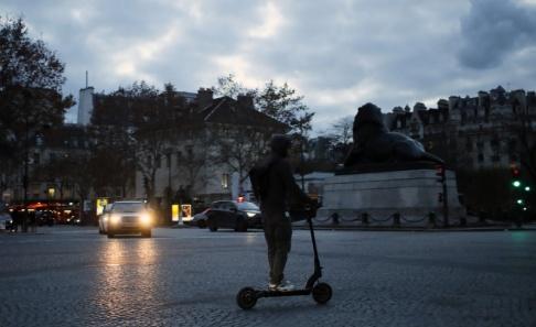 François Mori/AP/TT En elsparkcykel framförs vid Place Denfert-Rochereau i Frankrikes huvudstad Paris. Arkivbild.