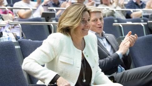 Henrik Montgomery/TT Isabella Lövin väljs till språkrör för ytterligare en period under Miljöpartiets kongress i Örebro.