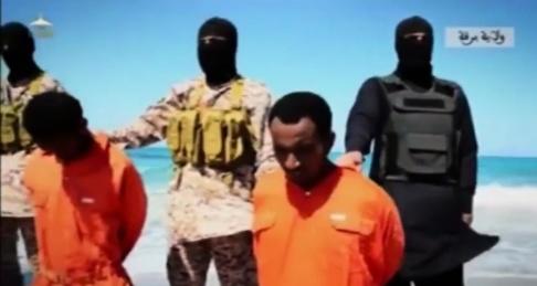 Arkivbild från 19 april 2015 då IS tvingar kristna i Libyen att gå ner till stranden innan de hugger huvudet av dem. Rex Shutterstock