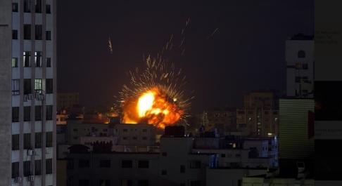 Khalil Hamra/AP/TT En israelisk attack mot en byggnad i Gaza stad på lördagen.