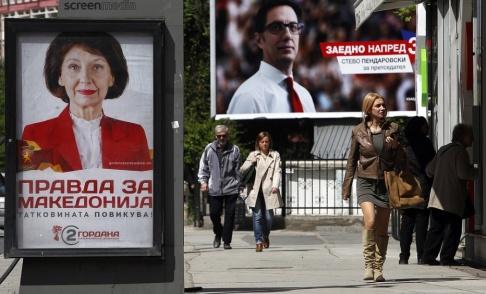 Boris Grdanoski/AP/TT Kampanjaffischer med Gordana Siljanovska-Davkova och Stevo Pendarovski inför den första valomgången i april. Arkivbild.
