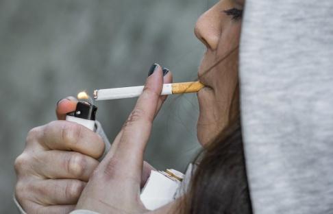 Claudio Bresciani/TT Den 1 juli blir det förbjudet att röka på många allmänna platser i Sverige, bland annat på uteserveringar. Arkivbild.