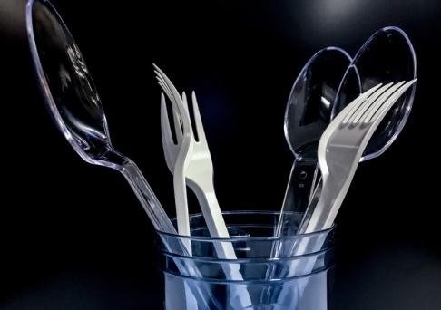 Stian Solum Lysberg/NTB scanpix/TT Norges regering vill förbjuda flera engångsartiklar i plast, däribland bestick.