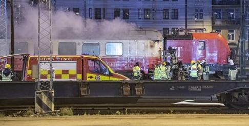 Johan Nilsson/TT Räddningstjänsten på plats vid den brinnande tågvagnen.
