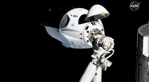 Nasa/AP/TT Crew Dragon vid ISS i mars i år. Kapseln sköts då upp med en docka i. Just detta exemplar har nu förstörts vid rakettestet häromveckan, men Space X säger sig bygga fler.