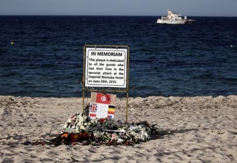 En skylt dedikerad till offren på stranden av Imperial Marhaba resort, på årsdagen av terrorattacken vid hotellet i Sousse, Tunisien 26 juni 2016. REUTERS / Zohra Bensemra / File Photo