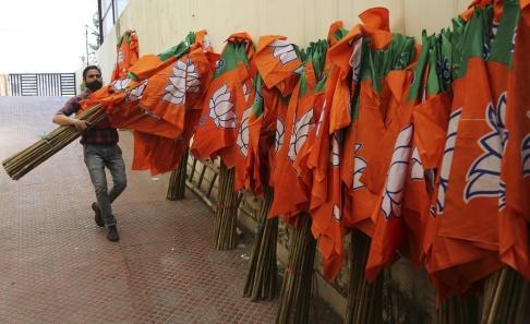 Channi Anand/AP/TT En medlem i partiet BJP under valkampanjen inför valet.